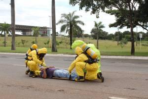 Defesa civil encaminha acidentado para o corredor de descontaminação
