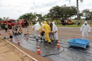 Acidentado é levado ao corredor de descontaminação para limpeza e retirada de produtos químicos