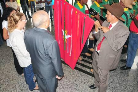 Governador Siqueira Campos e a primeira-dama Marilúcia Siqueira Campos pedem bênçãos