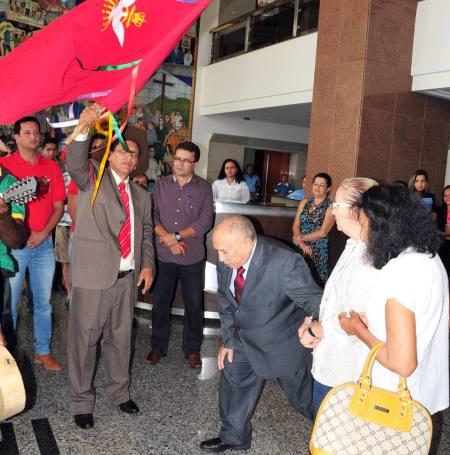 Governador Siqueira Campos recebe bênçãos do Divino Espírito Santo. Folia de Natividade esteve no Palácio Araguaia