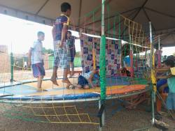 Cama elástica é um dos brinquedos para as crianças