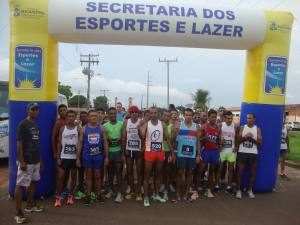 Atletas se preparam para a largada da corrida