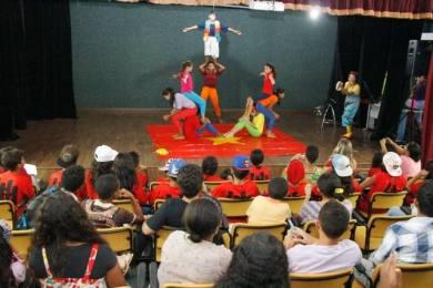 Plateia acompanha apresentações das escolas no Teatro do Coluna Prestes, que foi reaberto e agradou aos expectadores