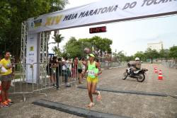 Vencedora da prova feminina Elivânia Oliveira durante a chegada da corrida