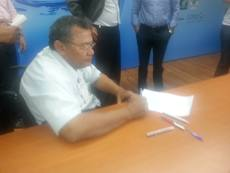 Presidente Edmundo Galdinio durante  a assinatura da carta