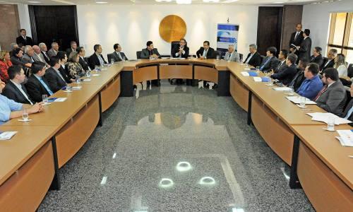 Empresários e autoridades durante solenidade de entrega dos contratos do Tecnova no Palácio Araguaia