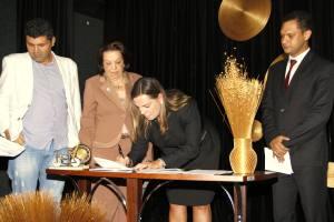 A vice-governadora Cláudia Lelis assinou o termo como representante do Estado