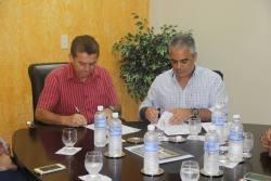 Secretário do Esporte, Salim Milhomem, e o diretor-presidente da TerraPalmas, Aleandro Lacerda, assinam termo de acordo e compromisso