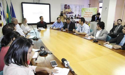 Durante o encontro com a imprensa, o secretário Adão Francisco fala das ações da Seduc para 2015/2016