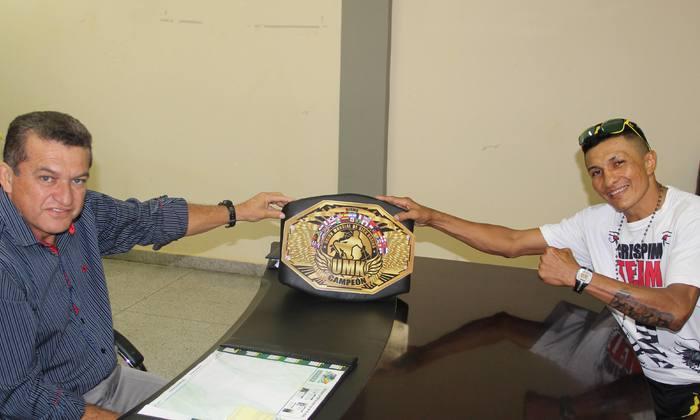 Secretário Salim Milhomem com o campeão de muay thai Crispim