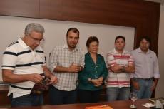 O presidente da ATS, Eder Fernandes, fala do Sistema Coletivo de Abastecimento ao prefeito laurez e a agricultores