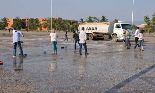 Após realização de evento religioso, equipe realiza manutenção na praça