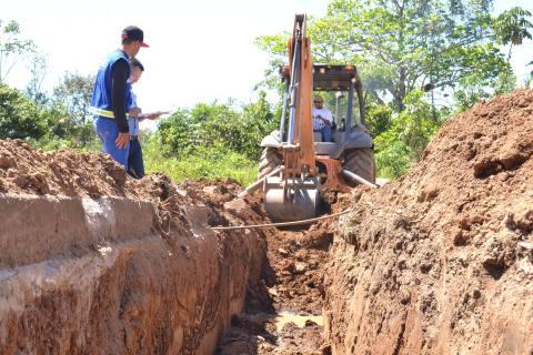 Trator faz abertura de vala para passagem de adutora em obra da ATS, em Tupirama