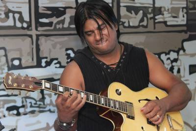 No começo da tarde, foi a vez do músico Paulinho Braga subir ao palco para animar o Café Literário com o show Guitarra de Fole.