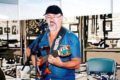 Seguindo carreira solo, Domingo é figura conhecida no Tocantins, já participou de vários festivais pelo Brasil e atualmente ensaia seu repertório em Taquaruçu.