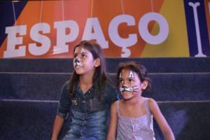 Maria Eduarda e sua irmã aproveitaram todas as brincadeiras do Espaço Infantil neste domingo