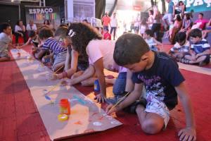 Durante o Sarau Infantil, as crianças fizeram pinturas com temas livres