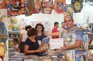 Leonardo Egito, conhecido como Homem Livro conseguiu chamar a atenção de compradores