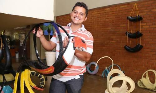 Através da arte em pneus, Renilson faz exposições e comercializa peças