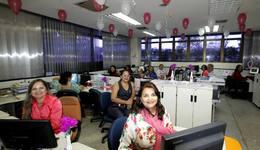 Servidoras ornamentam ambiente de trabalho