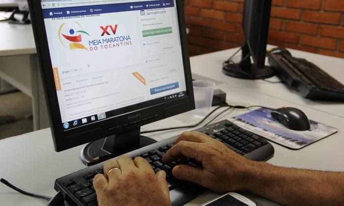 Participante efetuando a inscrição através do site oficial da XV Meia Maratona do Tocantins