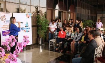 Em café da manhã com a imprensa e autoridades políticas do Estado, a vice-governadora Claudia Lelis apresentou a campanha Quem Ama Abraça (Foto: Gov Tocantins)