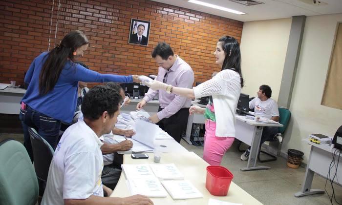 Servidores da Secretaria do Esporte durante entrega dos kits aos participantes da Meia Maratona