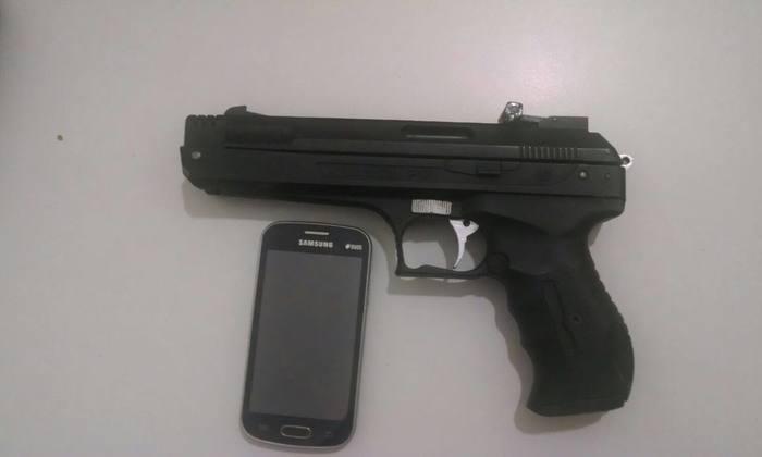 Arma apreendida com os autores do roubo.