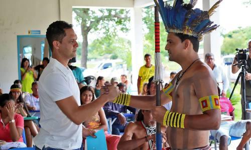 O líder indígena, Wagner Krahô-Kanela cumprimenta o secretário Adão Francisco de Oliveira