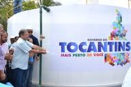 Marcelo Miranda é observado pelo presidente Eder Fernandes (E) ao acionar sistema em Mateiros
