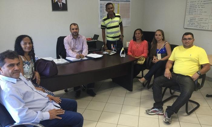 Vereadores e prefeito Marilvado Dias (E), de Abreulândia, no encontro com Eder Fernandes (C)