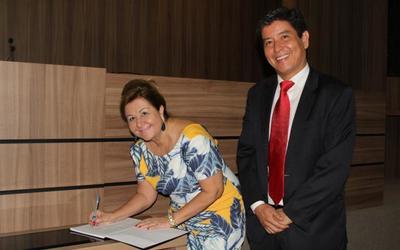 Vice-presidente, Lucélia Maria Sabino Rodrigues, procuradora do Estado, assina termo de posse