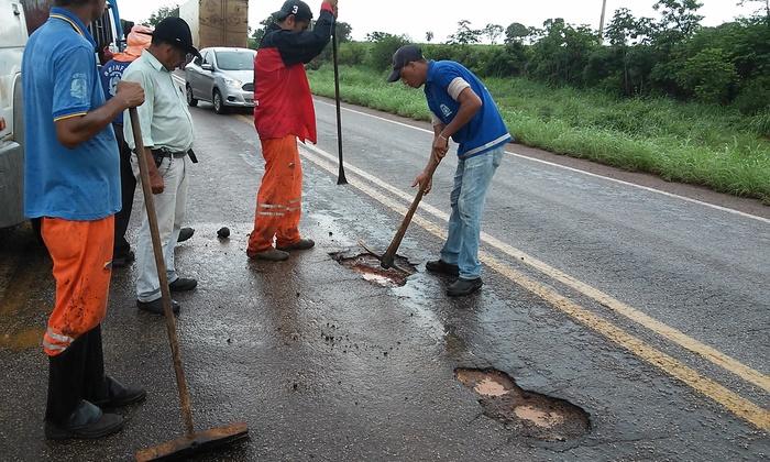 Agetoc realiza operação tapa-buracos, roçagem e vários outros serviços de manutenção em rodovias de todas as regiões do estado.  Divulgação Governo do Tocantins_700x420.jpg