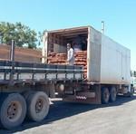 Constatado excesso de peso caminhoneiro teve que fazer transbordo de carga Divulgação Governo do Tocantins