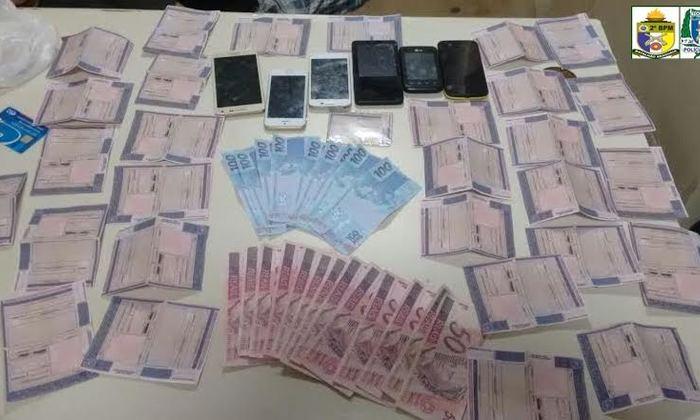 Dinheiro e documentos falsos apreendidos em residência de acusado de roubo em Araguaína.