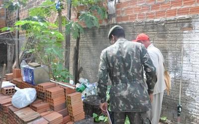 Equipes do Exército e da Saúde conferem quintal a procura de focos do mosquito Aedes aegypti em Porto Nacional