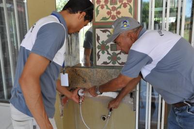 Pressão da água que chega nas residências é analisada por equipe da ATR