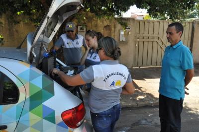 Morador de Palmas acompanha a análise da água feita pelos técnicos da ATR