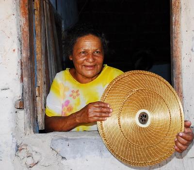 Artesã do Povoado Mumbuca com mandala em capim dourado
