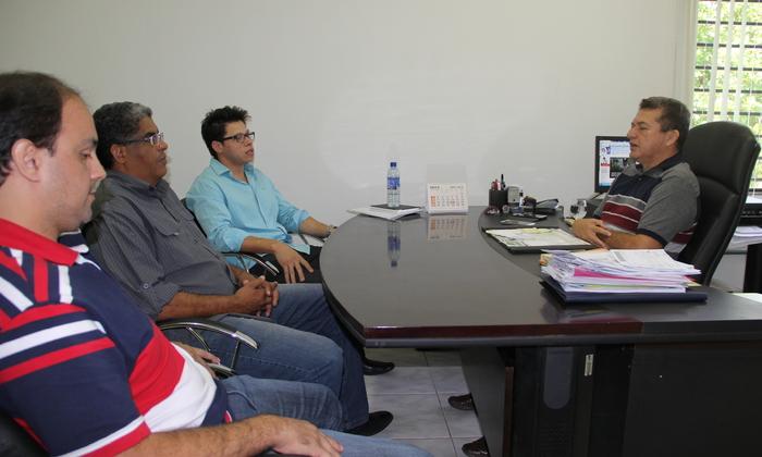 Salim Milhomem (C) conversa com os representantes do Ministério do Esporte, Nelson Monteiro (E), Rogério Pereira e Rafael Anderson, da Seduc