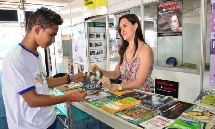 Estudantes visitam estande da Saúde e recebem material educativo com orientações de prevenção de doenças e agravos