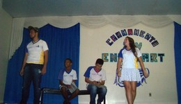 Durante as apresentações, os alunos selecionaram obras literárias e as representaram no palco do colégio