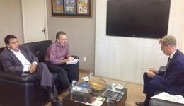 O secretário, o diretor Paulo Mendonça e o embaixador da Bélgica em reunião na Seden