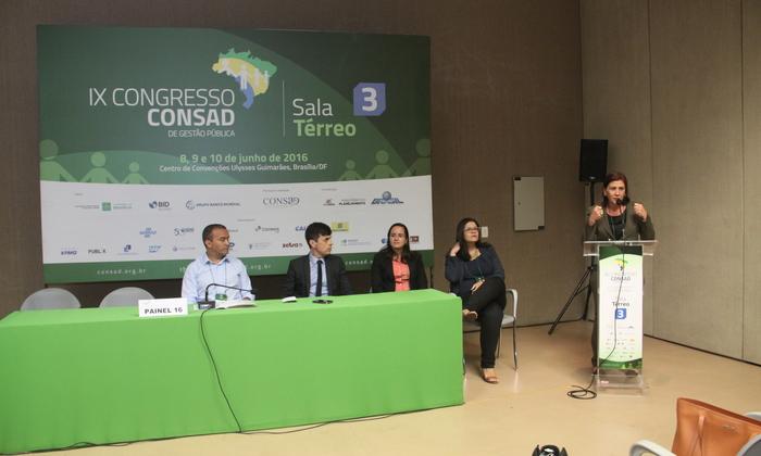 Subsecretária do Planejamento Regina Martins apresenta painel no Consad.JPG