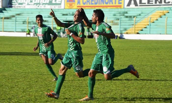 Meio-campista Pedro Panca (C) comemora gol do Tocantinópolis na vitória sobre o Santos por 2 x 0_700x420.jpg