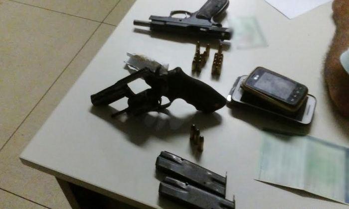 Armas e munições apreendidas em veículo ocupado por seis suspeitos em Araguaína.