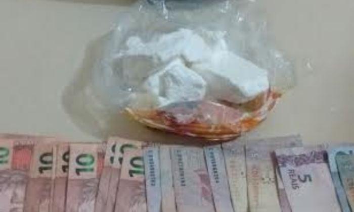 Droga e dinheiro apreendidos no veículo de casal de traficantes em Rodovia.