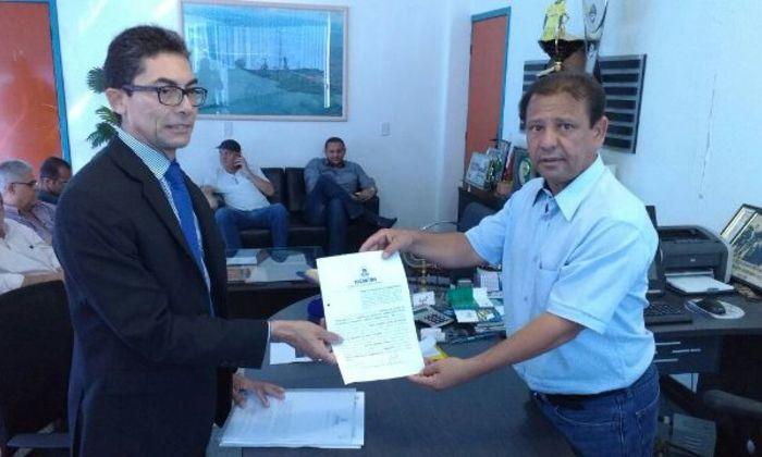 Na ocasião, o superintendente Gilvan Noleto, representando o secretario da Segurança Pública, Cesar Roberto Simoni, assinou o termo de cessão juntamente com o prefeito de Porto Nacional, Otoniel Andrade.