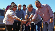 Eder Fernandes (E), o governador Marcelo Miranda (C) e a prefeita Arlene Martins, inauguram a extensão de rede