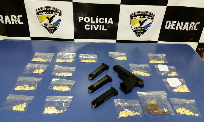 Mais de 300 comprimidos de ecstasy foram apreendidos. Cada comprimido da droga era vendido por 50 reais.